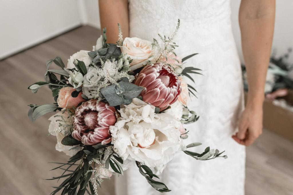 Brautstrauß mit Proteas und Eukalyptus